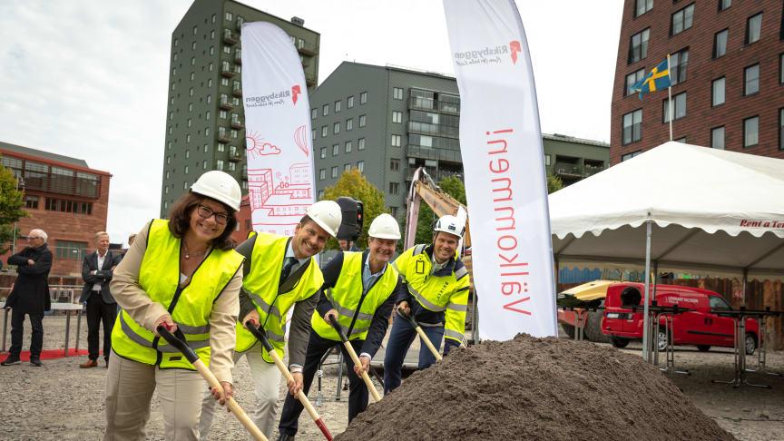 Ulrika Nyström, regionchef Riksbyggen, Hampus Magnusson, kommunalråd, Mårten Lilja, vice vd Riksbyggen och Markus Brink, vd Brixly.