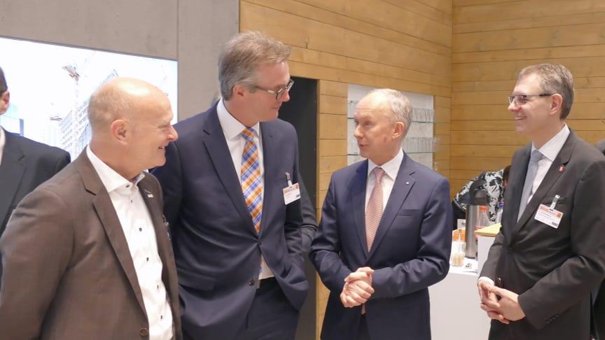 Austausch auf dem Deutschen Bautechnik-Tag: Vorstandsmitglied Jörn Beckmann (2. v.li.) im Gespräch am ZÜBLIN-Stand im ICS. Foto: Ed. Züblin AG