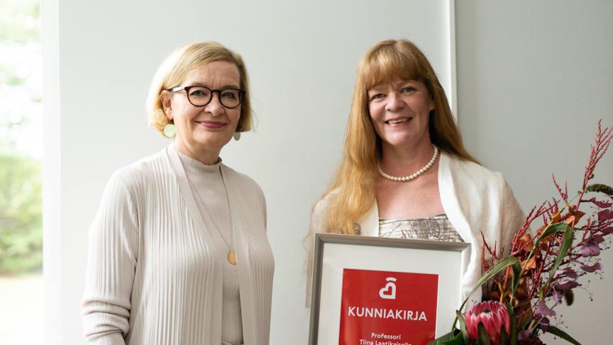 Sydänliiton puheenjohtaja Paula Risikko ojensi kunniakirjan professori Tiina Laatikaiselle vuoden sydänterveyden edistäjänä.
