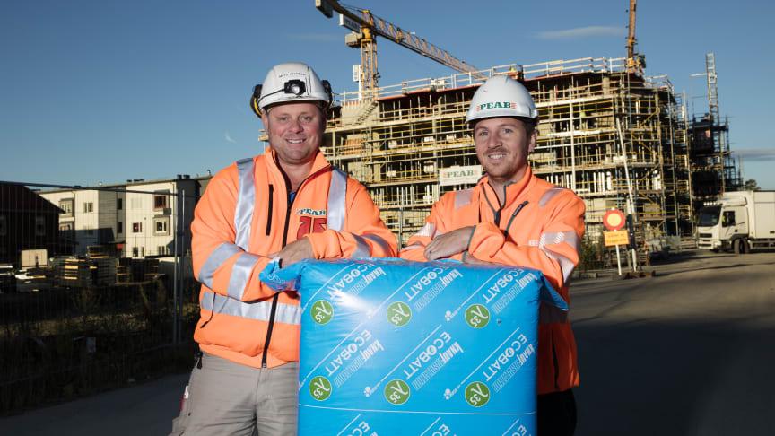Brf Honnören isoleras med EcoBatt från Knauf Insulation. Mats Stenman och Viktor Gustafsson är nöjda med pris och kvalitet – och snickarna är nöjda med att de fick just den isolering som de vill jobba med.