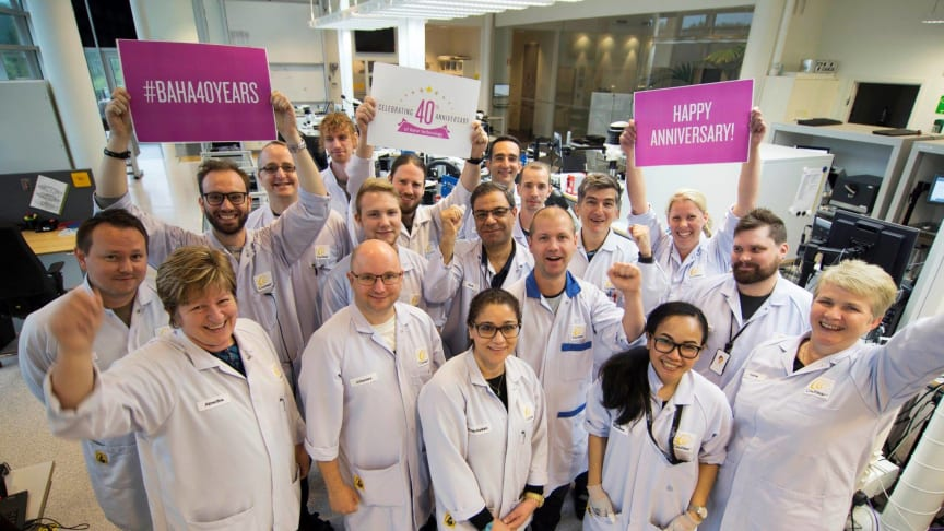 Cochlear feiert den 40. Geburtstag des weltweit ersten Knochenleitungsimplantats.