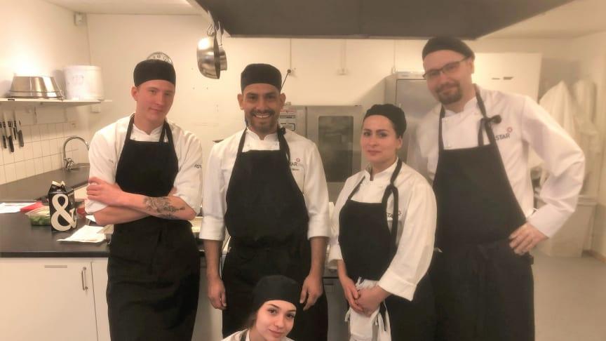 Läraren Daniel Nilsson, tvåa från vänster, tillsammans med några av eleverna i pionjärklassen där Astar utbildar både danska och svenska elever.