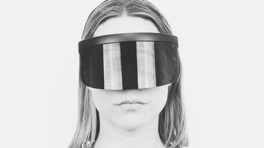 Det vildeste og måske mest opsigtsvækkende i forårets modebillede er det, vi kalder en solbøjle eller solskærm. Ai Eyewear lancerer i år et par super trendy limited edition solbriller, Ai Square, som er inspireret af et futuristisk skjold.