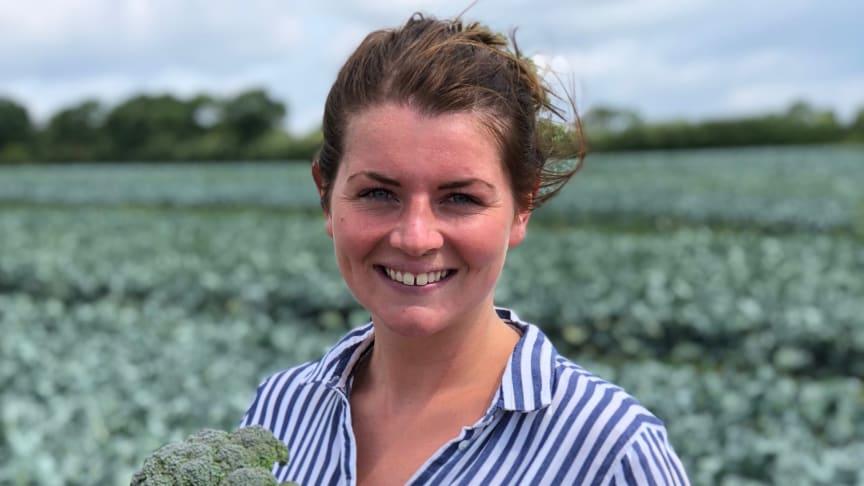 Olivia på Grönsaksmästarna är ute och kollar Broccolocon i fält
