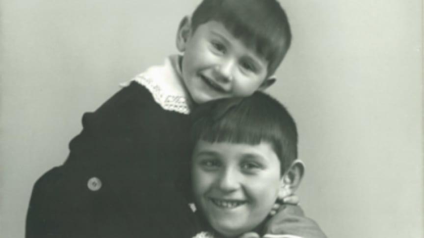 Robert Savosnick (3 år) og storebroren Michael, tatt i 1918. Foto: Arkivet etter Robert Savosnick / HL-senteret