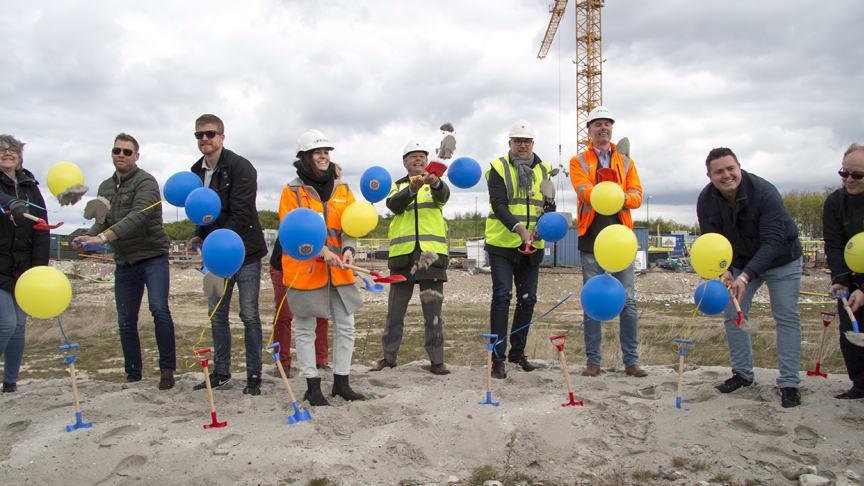 Några av de 39 invigningsgrävarna. Claes Caroli, HSB Malmös ordförande, femma från höger.