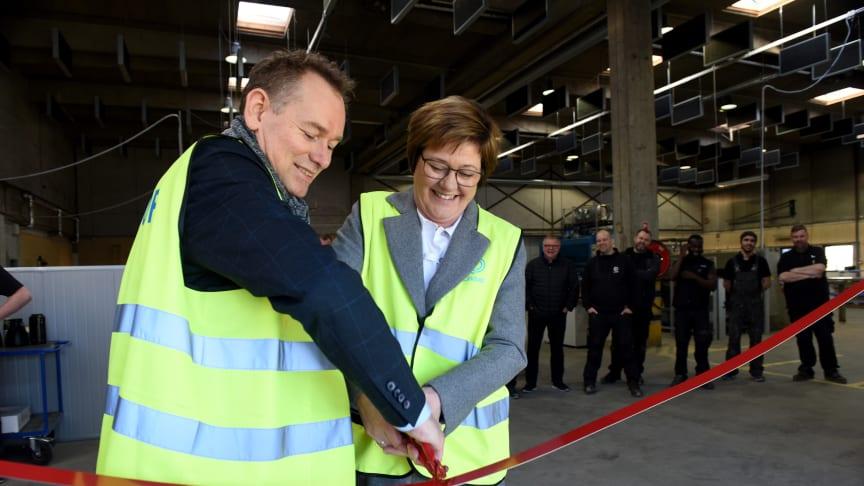 Administrerende direktør Mette Brøndum og produktionsdirektør Brian Rasmussen markerer åbningen af den nye produktion i Hvidovre ved at klippe det røde bånd over.