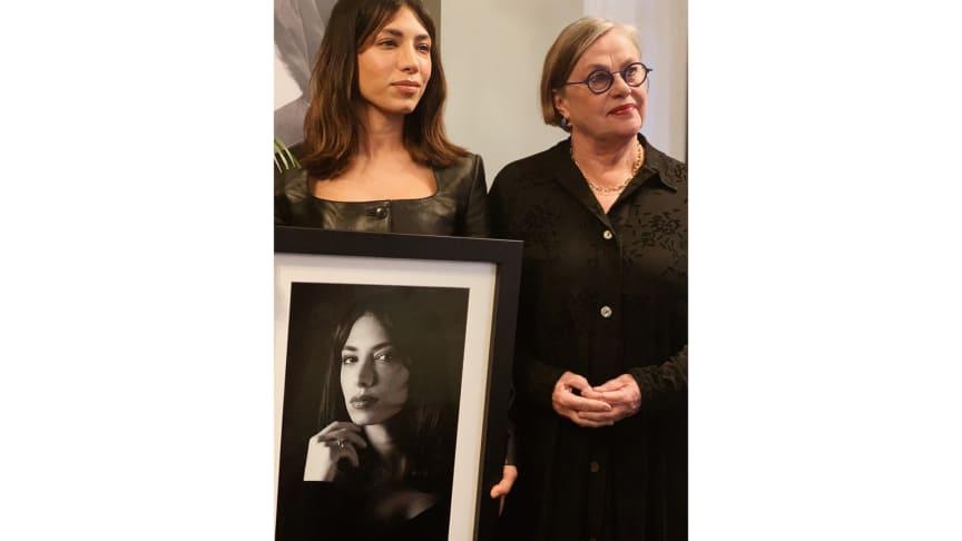 Evin Ahmad tillsammans med juryns ordförande Anna Carlson