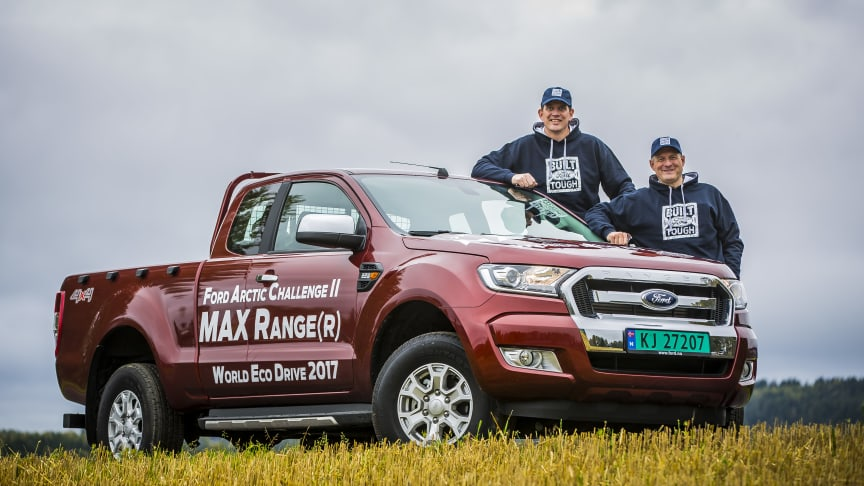 JAGER REKORD: Henrik Borchgrevink (til venstre) og Knut Wilthil skal forsøke å kjøre pickupen Ford Ranger lengre enn noen har kjørt en pickup på en tank.
