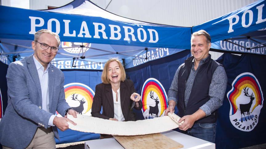 Till vänster: Polarbröds vd Anders E Johansson. Mitten: Polarbröds koncern-vd Karin Bodin. Till höger: Niclas Lundqvist, platschef Bredbyn.