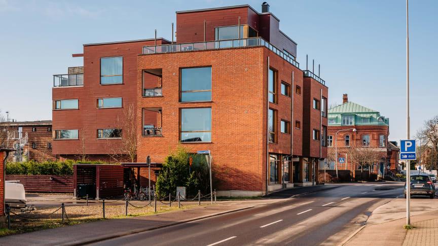 En av fastigheterna har ritats av namnkunnige arkitekten Gert Wingårdh och innehåller både lägenheter och butikslokaler. Foto: Astor Svensson, Objekt360