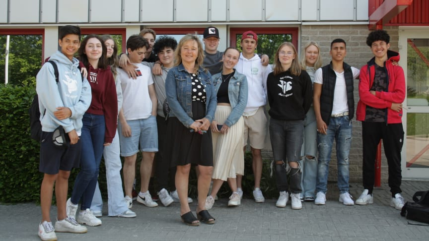 Läraren Helena Stenqvist tillsammans med elever från Thoren Framtid i Ronneby. Både lärare och elever har jobbat hårt för att slippa plugga extra på sommarlovet.