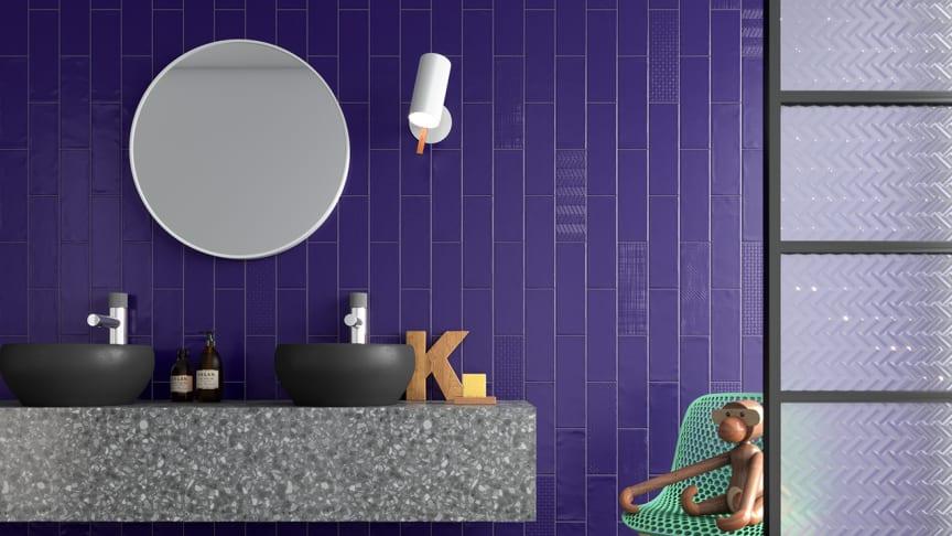 Färgstarka badrum med stående kakel, matt yta och reliefplattor gillar vi i år! SOHO Cobolt matt/dekor från CCHöganäs,
