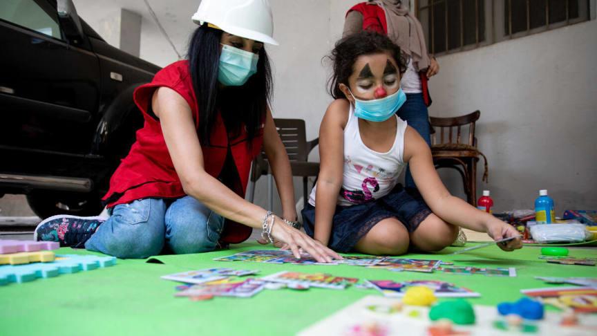 Sonia, 8 år, leker på Rädda Barnens barnvänliga plats. Explosionen i Beirut skedde samtidigt som hennes födelsedagskalas.