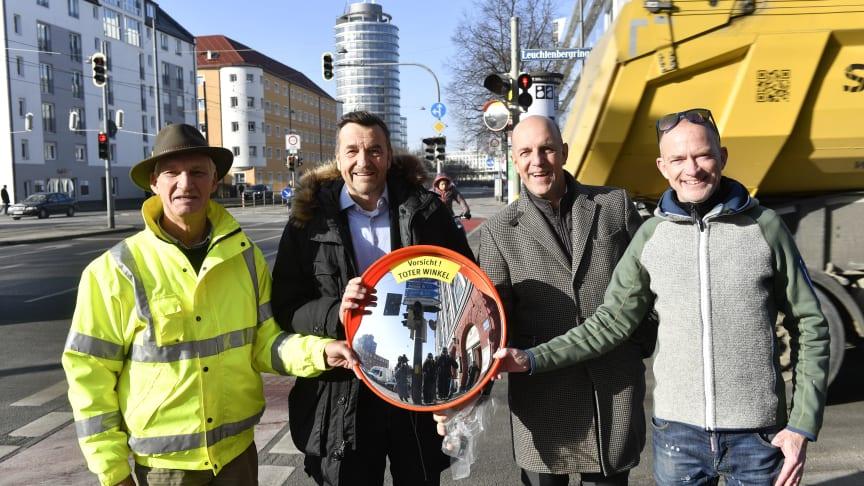 v.l.: Ulrich Willburger - Erfinder der Trixi Spiegel, Dr. Thomas Böhle - KVR-Chef, Stefan Hattenkofer - Vorstandsmitglied SSKM, Mike Thiel - Moderator von Radio Gong.