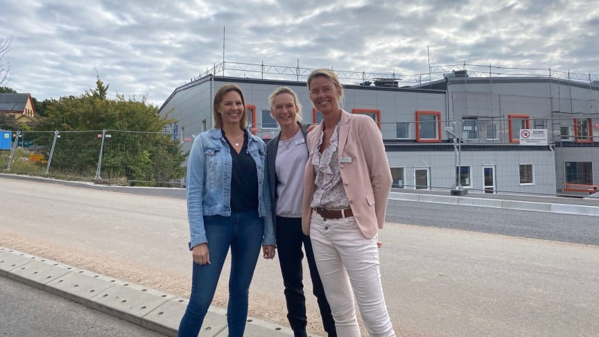 Parkdalaskolans rektorer framför nya skolan - Ulrika Lundin, Petra Granlund och Camilla Radovan