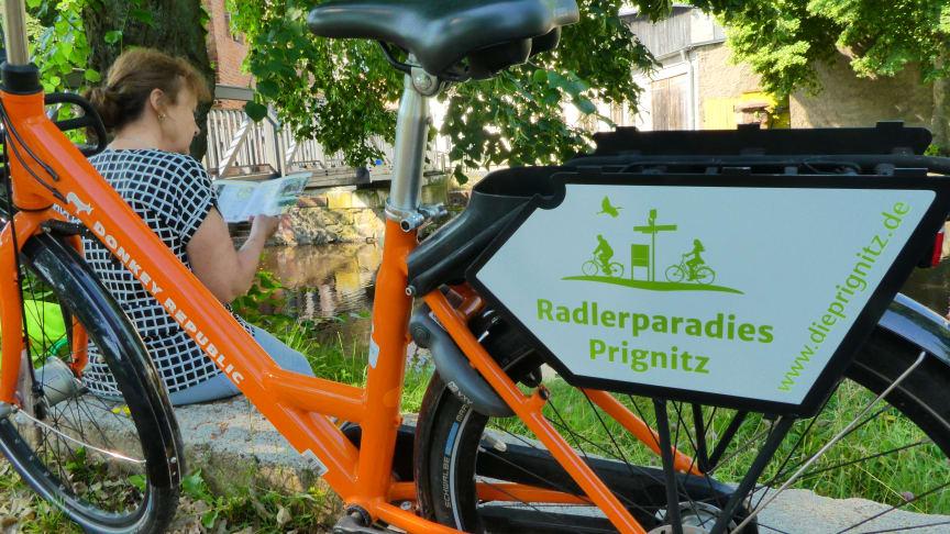 Durch die Prignitz in Orange geht es mit den neuen Sharing-Rädern von Donkey Republic. Foto: Tourismusverband Prignitz.