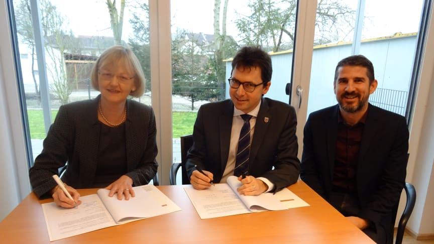 Ursula Jekelius, Leiterin Kommunen und Kooperationen Oberbayern des Bayernwerks, und Pörnbachs Bürgermeister Helmut Bergwinkel unterzeichneten im Beisein von Kommunalbetreuer Josef Bestle (von links) den neuen Konzessionsvertrag.