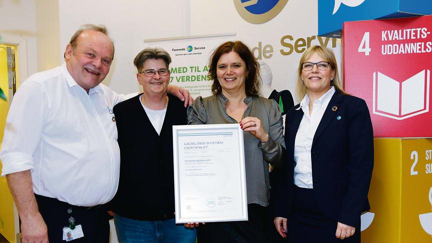 En stolt Kvalitet- arbejds- og miljøafdeling sammen med Lead Auditor, Maria Vitten, fra Det Norske Veritas (DNV GL), der overrakte certifikatet for at Forenede Service nu er virksomhedscertificeret i INSTA 800.
