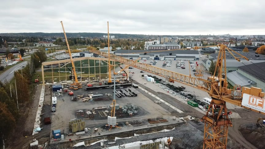 ThorenGruppens hallprojekt fortskrider. Nu har den första av 19 takstolar lyfts på plats på den blivande fotbollshallen.