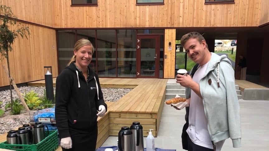 Student Ivar Andre Knutsen fikk gratis frokost fra Stine Andresen fra Studentsamskipnaden i Sørøst-Norge.
