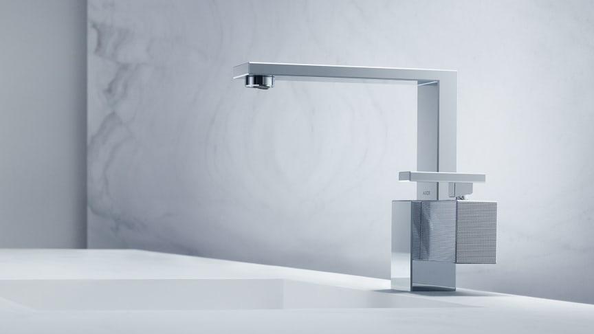 AXOR Edge er massiv og samtidig elegant. En symmetri av flater og kanter som kombineres asymmetrisk.