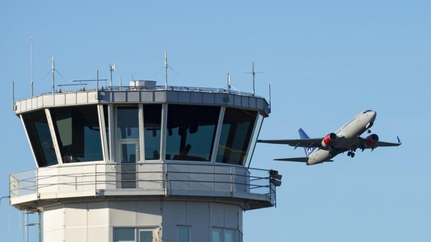 SAS Boeing 737 tränar start och landning på Karlstad Airport