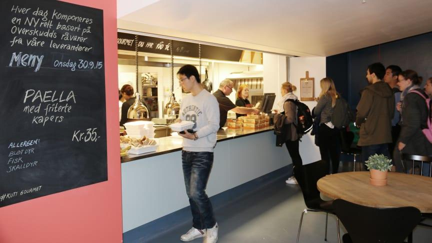 Anne Marie Schrøder, Matvett og Even Rosted, KUTT-kokk på KUTT Gourmet, Blindern, inviterer til  inspirasjonsforedrag for å unngå matkasting. (Foto: Hanne E. Holst / SiO)