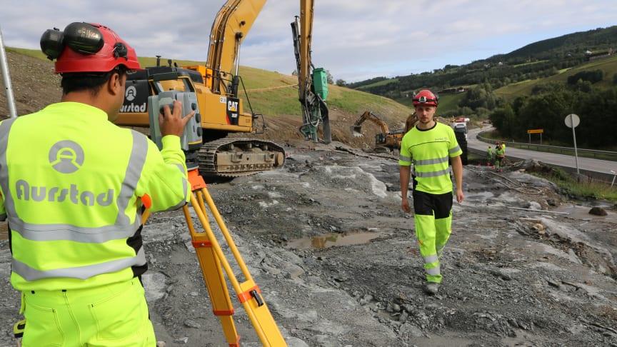 Stikningsleder Steffen Hole følger opp arbeidet i forbindelse med utbyggingen av E6 i Soknedal. Han har fått en enklere arbeidshverdag ved hjelp av Gemini Connected. Foto: Powel Construction