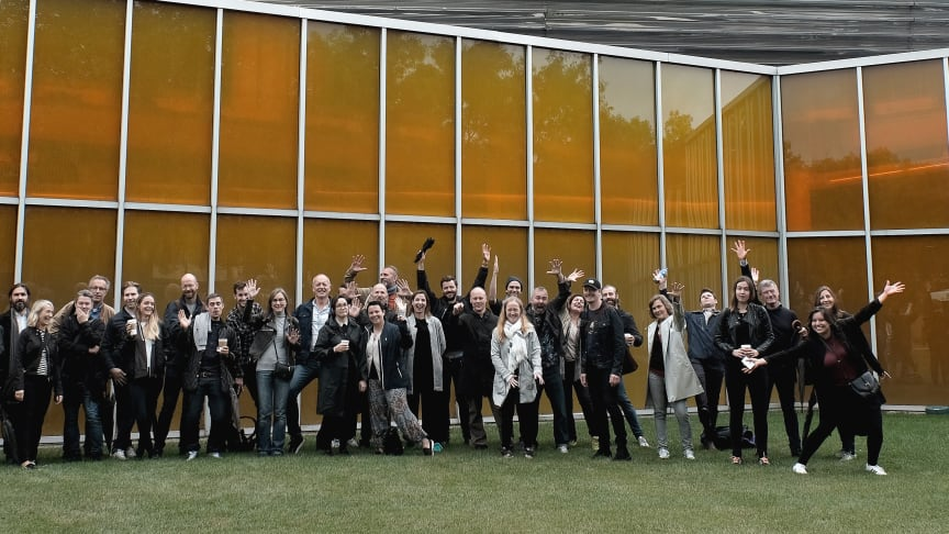 W+E poserar framför McCormick Tribune Campus Center av Rem Koolhaas