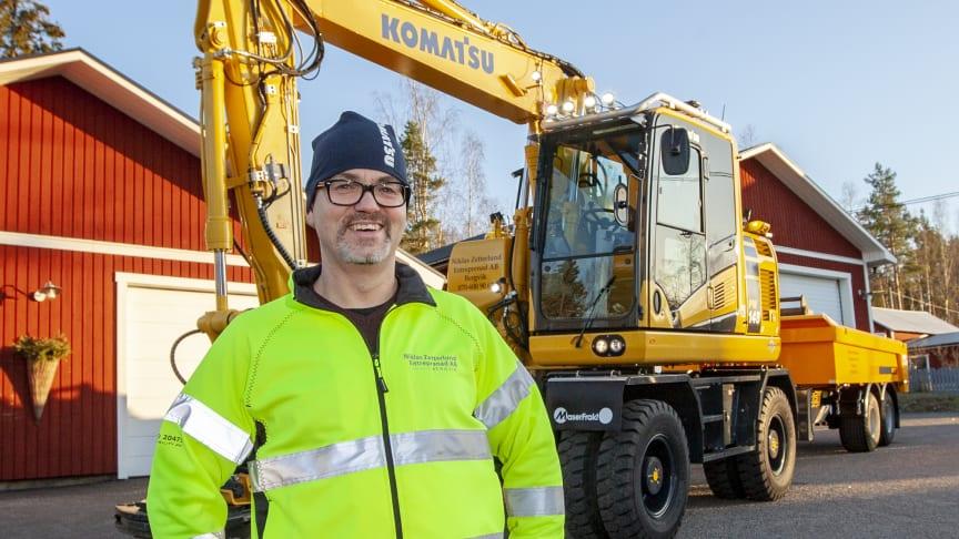 Niklas Zetterlund håller sin Komatsu PW148-11 i perfekt skick (fotograf Mats Thorner)