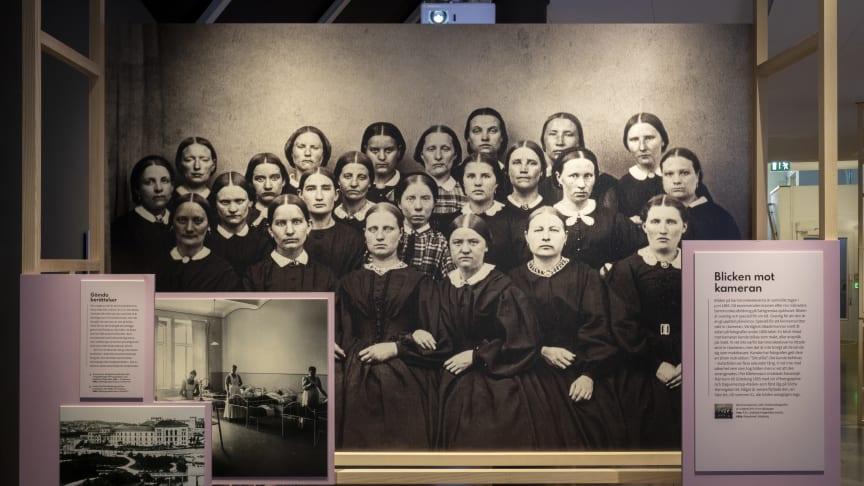 Bild ur utställningen Inzoomat. Fotografierna visar bland annat en klass barnmorskeelever från 1865 och kommer från GSM:s arkiv och Riksarkivet i Göteborg.