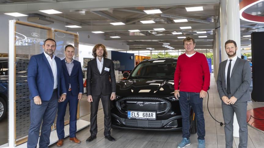 První zákazník z České republiky si převzal elektrický Mustang Mach-E. V garáži mu stojí i klasický Mustang