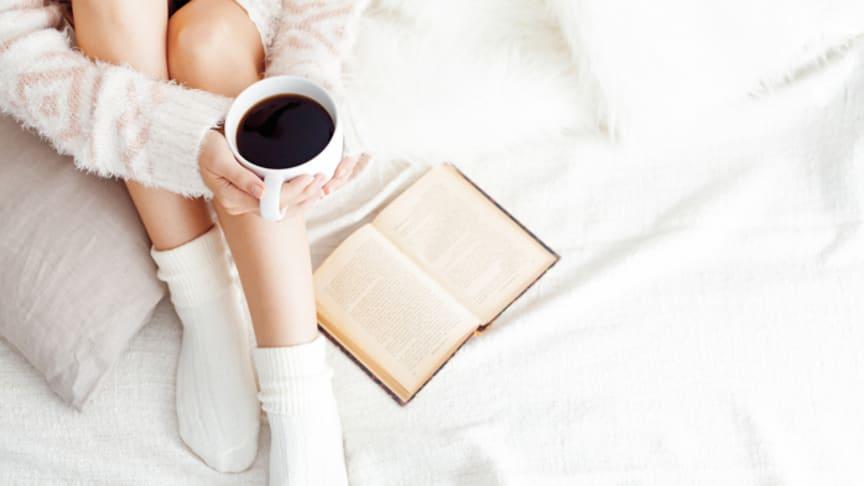 Die kalte Jahreszeit hält nicht nur Frost bereit. Ausgestattet mit warmem Kaffee, einem guten Buch und wohlig warmen Füßen werden Herbst und Winter zur Kuschelzeit. Bild: determined | fotolia