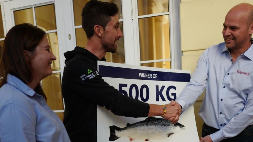 Bernard Eisel overrekkes premien på 500 kilo norsk laks
