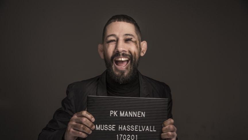 I UR:s serie PK-mannen reflekterar Musse Hasselvall kring samhällsnormer som vi ofta tar för självklara och som omedvetet stänger ute vissa. Serien är producerad för skolan. © Foto: Elisabeth Ohlson Wallin/UR