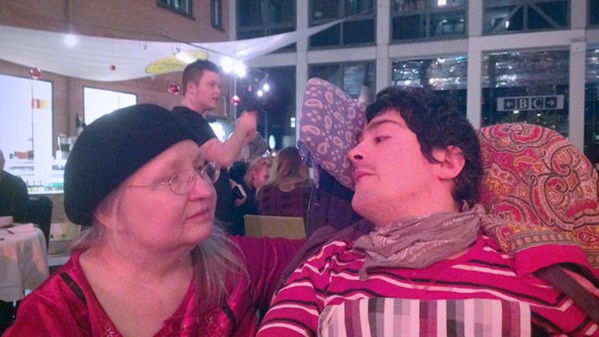 Lena Åkerström och sonen Micke. Foto: privat.