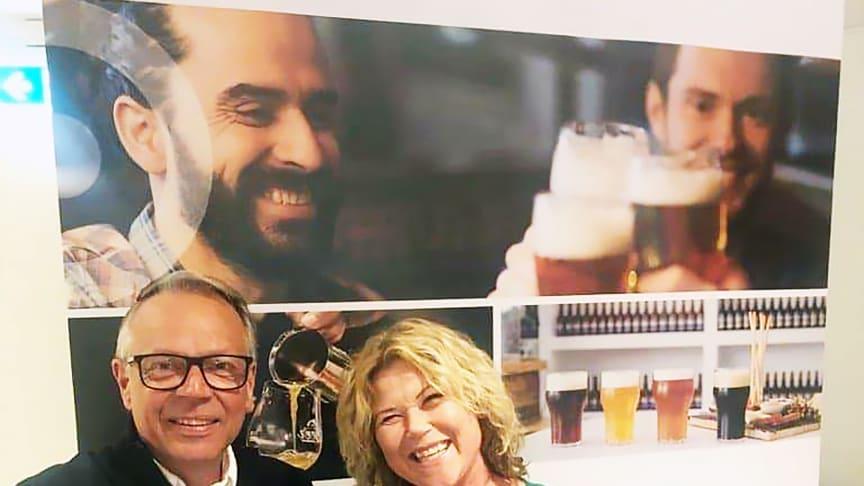 Sussi Wikström, projektledare för Nolia Beer skakar hand med Peter Jidström, marknads- och försäljningschef på Luleå hockey kring att genomföra mässan i Luleå även 2020.