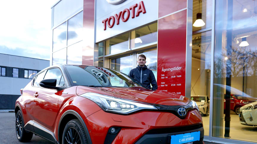 Klar for lansering: Simon Steen med nye Toyota C-HR som lanseres i Brønnøysund denne uken. Foto: Nordvik AS.