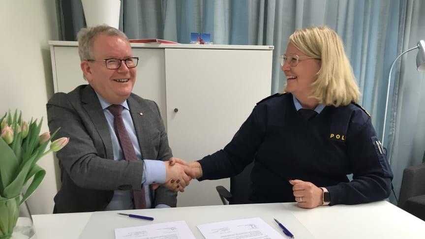 Anders Teljebäck (S), kommunstyrelsens ordförande och Kristina Holgersson, lokalpolisområdeschef Västerås.