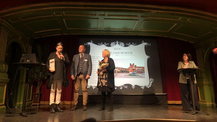 Natalia Berggren, enhetschef Kommunikation på Sörmlands museum tar emot Kulturarvspriset 2019 av Magnus Hagberg, ordförande och Lena Sjölin VD, båda Svenskt Kulturarv.
