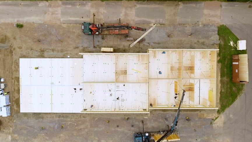Efter 7 timmar var hela den 730 m2 stora grunden till radhusprojektet och hälften av väggelementen på plats.