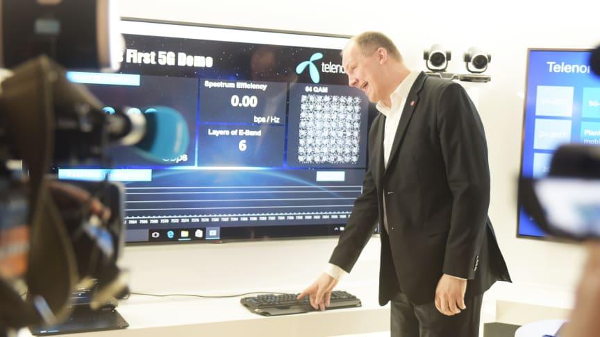 Samferdselsminister Ketil Solvik-Olsen setter i gang 5G-testen. (Alle foto: Martin Fjellanger/Telenor)