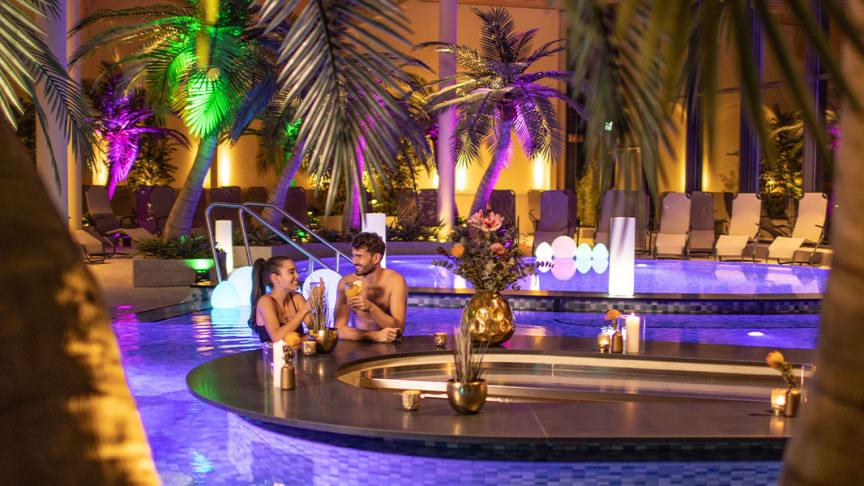 Einen Coctail kann man entspannt an der Poolbar der Havel-Therme genießen. Foto: Havel-Therme.
