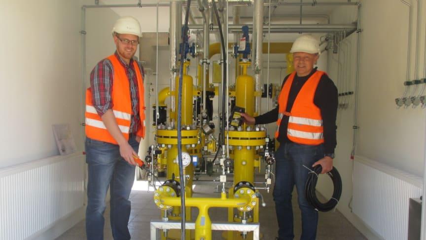 Matthias Gebel (l.) und Uwe Schiller, beide Westfalen Weser, prüfen noch einmal alle Komponenten der neuen Übernahmestation.