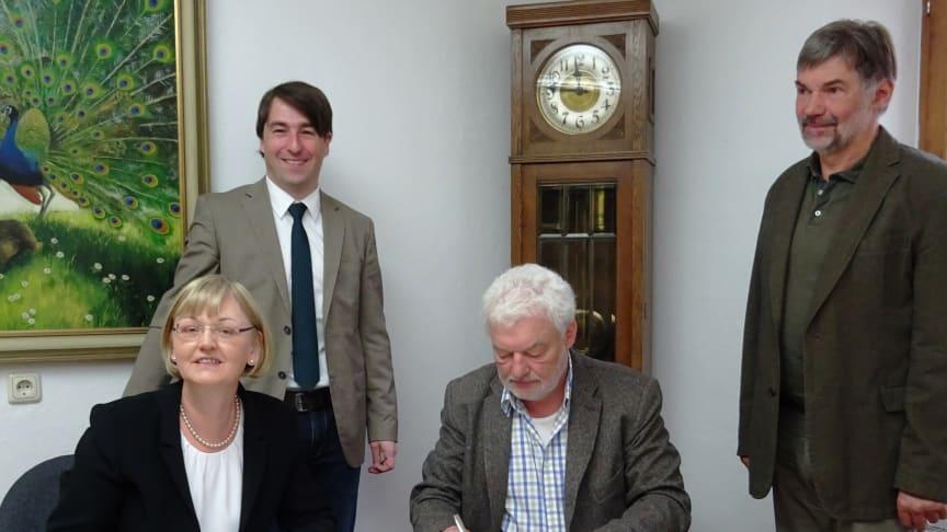 Wessobrunns Bürgermeister Dinter (2. v. r.) und Bayernwerk-Kommunalverantwortliche Jekelius (l.) unterzeichnen den neuen Konzessionsvertrag.