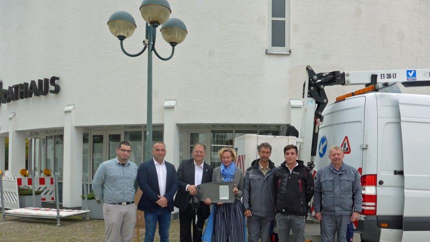 Start der LED-Umrüstung in Unterhaching: Bürgermeister Wolfgang Panzer (3.v.l.) zusammen mit Bauamtsmitarbeiter Christopher Häberlein (links) sowie Silke Mall und Timo Grandy (2.v.r.) vom Bayernwerk.