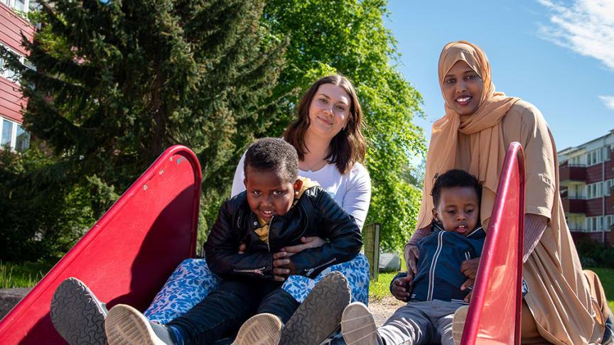 Barnskötaren Hanna Wolodarska och föräldern Wardo Ali hoppas att fler ger sina barn chansen att gå i förskola. Här åker de rutschkana med Wardos två barn Munasar och Mubaraak.