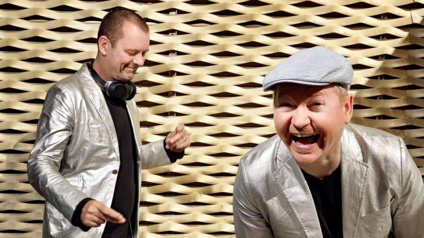 Radioværterne Henrik Milling og Nicolai Molbech binder det historiske musikshow sammen.