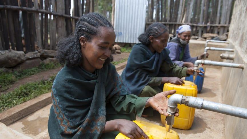 Wasserholen ist traditionell Aufgabe der Frauen und Mädchen in Äthiopien. Laut CIA World Factbook haben in Äthiopien vier von zehn Menschen keinen Zugang zu sauberem Trinkwasser. Foto: Rainer Kwiotek